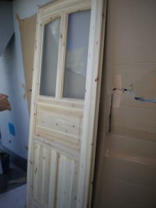 弊社設計の木製扉にエイジング塗装仕上げをします。