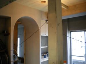 開口部はドアで仕切らずアーチ状を深くして、奥行きを広くみせます。