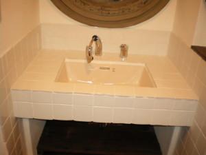 施主様も一緒になって洗面台のタイルを張りました。