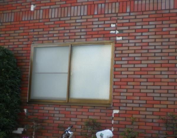 剝落したタイル箇所は窓周りの出隅部分です。地震外力や建物の歪みがかかる箇所です。モルタルもこの部分でひび割れがおきます。