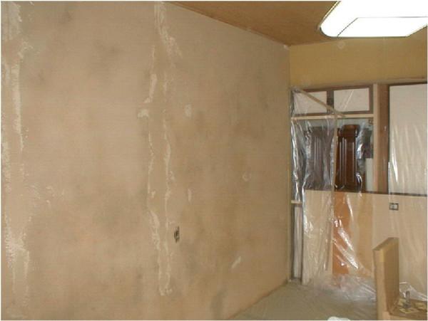 土壁の室内改修工事前です。各章に劣化のが見られます。