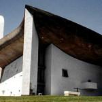 近代建築の三大巨匠の一人であるル・コルビュジエ(Le Corbusier)作のロンシャン礼拝堂。内外スタッコ仕上げが見られる。