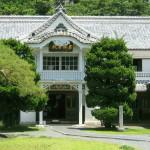 正面の唐波風は、格式が高く、日本ばなれした形式が西洋建築を模するのに適していました。唐破風にある「龍」彫り物は、入江長八が大工棟梁である高木久五郎の「鑿(のみ)」を借りて彫ったと伝えられています。