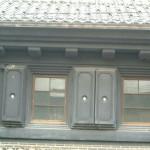 筏田家の観音扉: 筏田家すべての観音扉の戸を開けると、となりどうしの女戸と男戸が 重なり合った土扉となります。まさに妙技といえます。