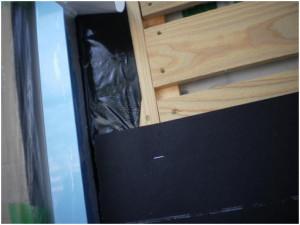 フェルトを両面ブチル防水テープに密着させる。