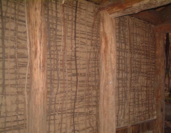 小枝の小舞土壁:平安時代の東北地方にある掘ったて小屋であります。真壁で整った壁は、高級仕様でこちらのかべは、民衆の壁ともいえます。