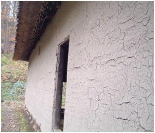 柱も塗り込んだ「荒壁仕立て」の民家。