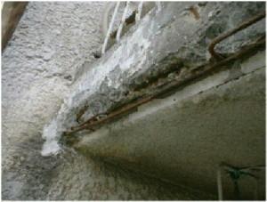 鉄筋の腐食膨張でモルタル層が剥離・剥落を起こしています。
