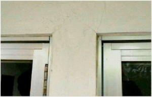 窓の出隅に発生した構造的ひび割れです。゙