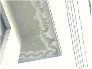 庇天井の雨水による白華