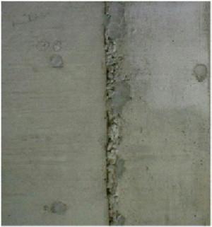 コンクリートの打継ぎ部分でのひび割れです。