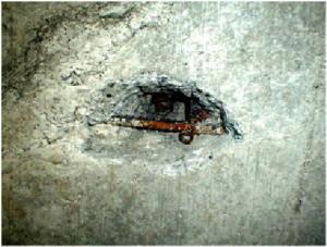 コンクリート打ち込み時の施工不良で、打ち込みから2週間で錆の発生がみられました。