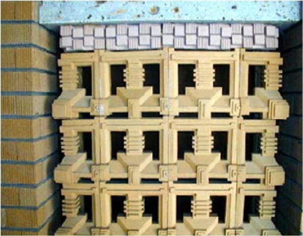 旧帝国ホテルの内部詳細:写真の一番上から大谷石のスライス→25角程度のモザイクタイルのようなもの→松ぼっくり形状のスクラッチタイル 左側にスクラッチタイルがみられます。