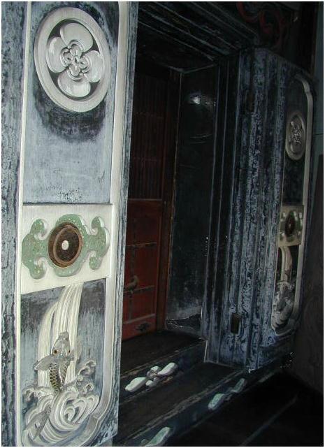 蔵戸前  富山県東岩瀬佐藤家 竹内源造作 向かって左の扉に「鯉の滝登り」、右扉に「琴高仙人(きんこうせんにん)」の鏝が描かれている。