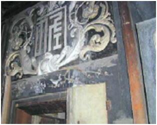 東岩瀬港の佐藤家の土蔵部分      佐藤の紋章をデザインしたもので「カネ佐」とされている。周辺がアカンサスでその下部には 『梅と鶯』が見られ和洋を取り入れた現代でも通用する、斬新な意匠である。