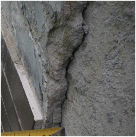 コンクリートとタイル下地の界面での剥離 コンクリートとタイル下地の界面での剥離 タイルとモルタルで40㍉あり1㎡で約80kgとなります。現在は剥離の状態でありますが、 剥落したら甚大な被害となるでしょう。
